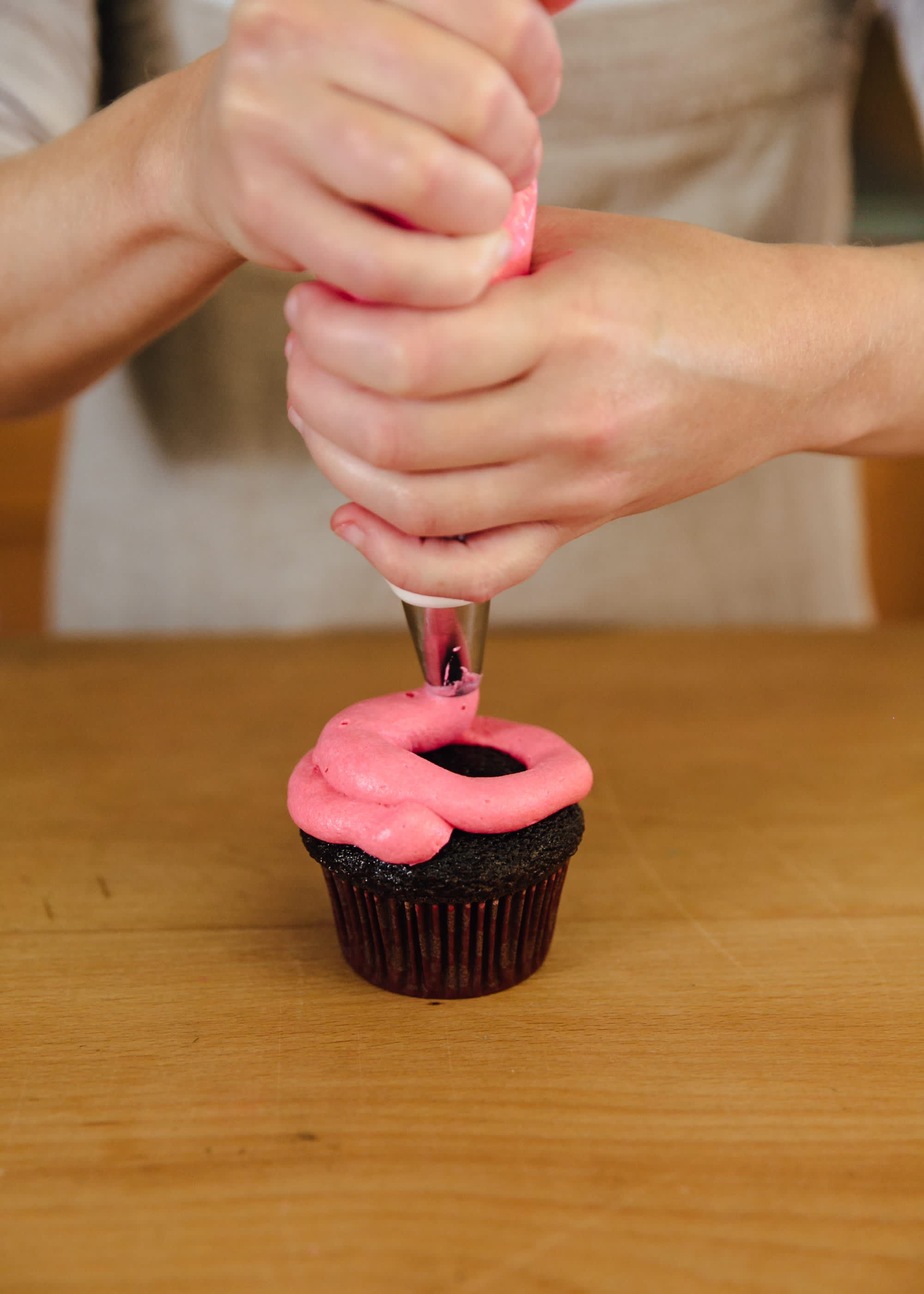 How To Frost a Cupcake: 5 Easy Ways: gallery image 10
