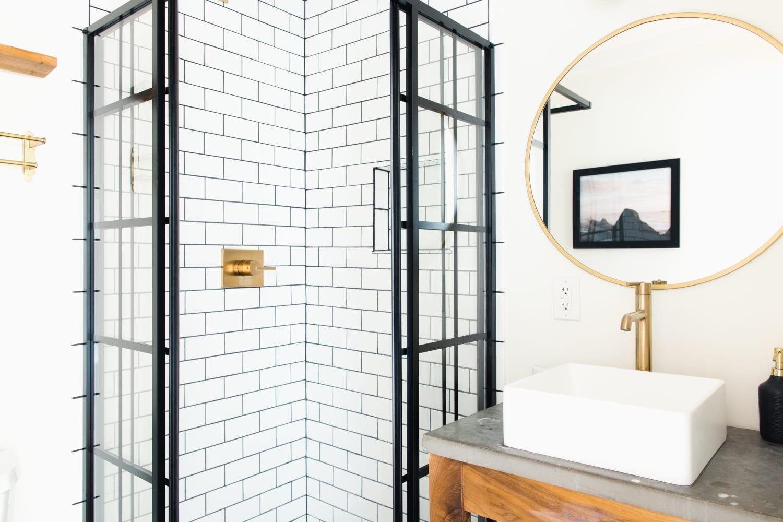 5 Smart Ways to Brighten Up Your Windowless Bathroom