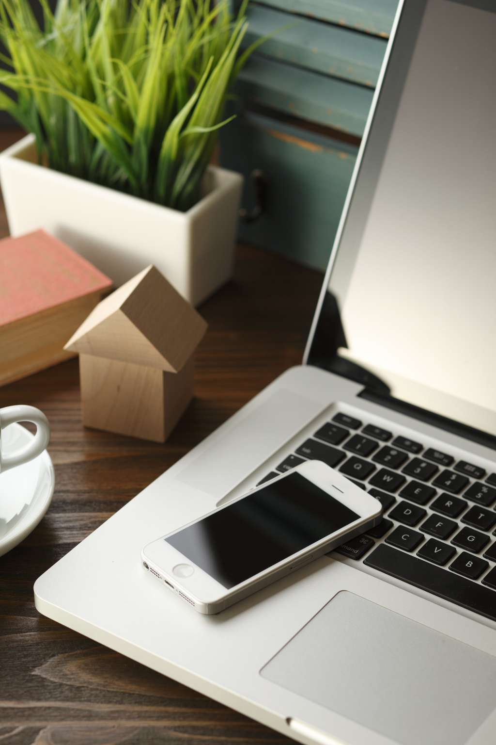 Using Your Phone to Stay Clutter-Free