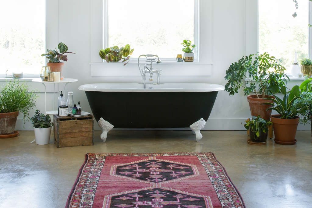 The Weird Yet Best Way to Clean a Bathtub | Apartment Therapy