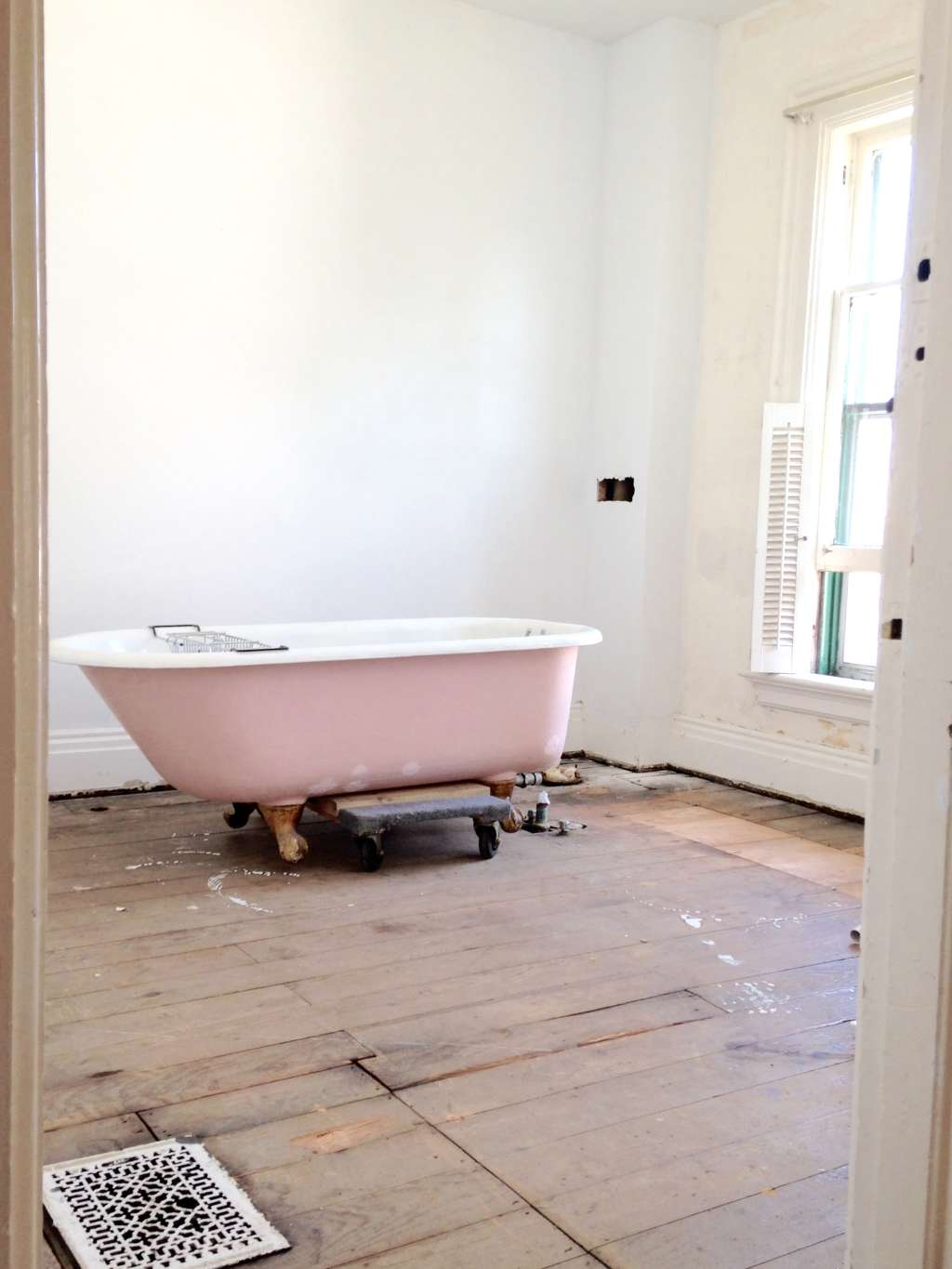 How to Sandblast & Refinish A Vintage Clawfoot Tub   Apartment Therapy