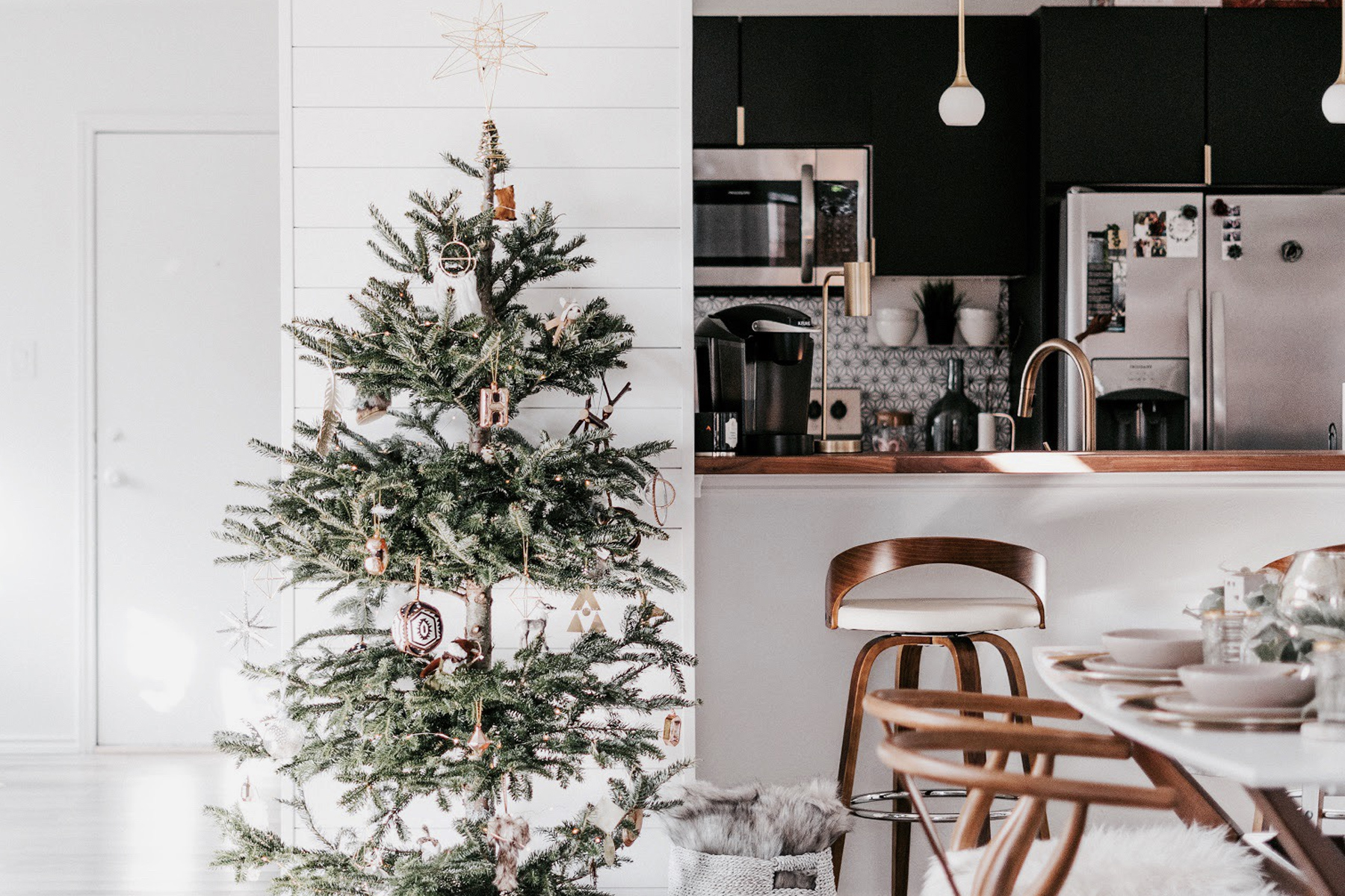 20 Christmas Decor Ideas For Small Spaces Apartment Decorating Ideas Apartment Therapy