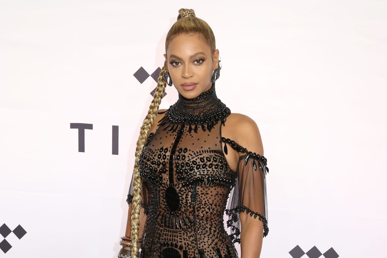 Beyoncé's Mod Curtains are Pure '60s Vibes