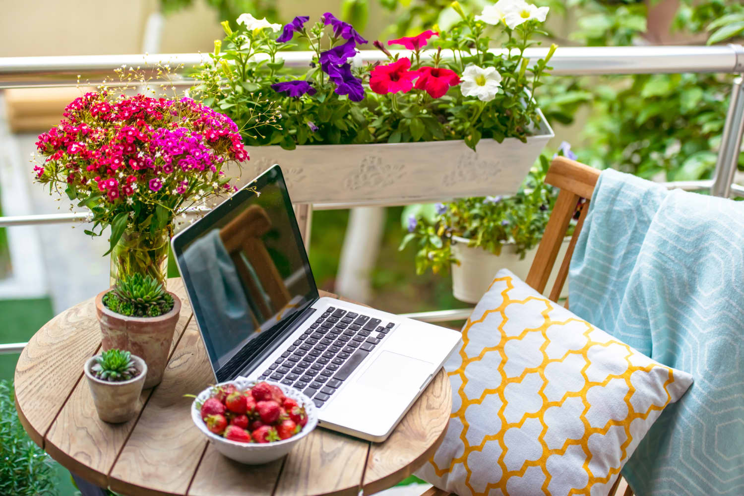 A Cardboard Box is All You Need to Comfortably Work Outside on Your Laptop
