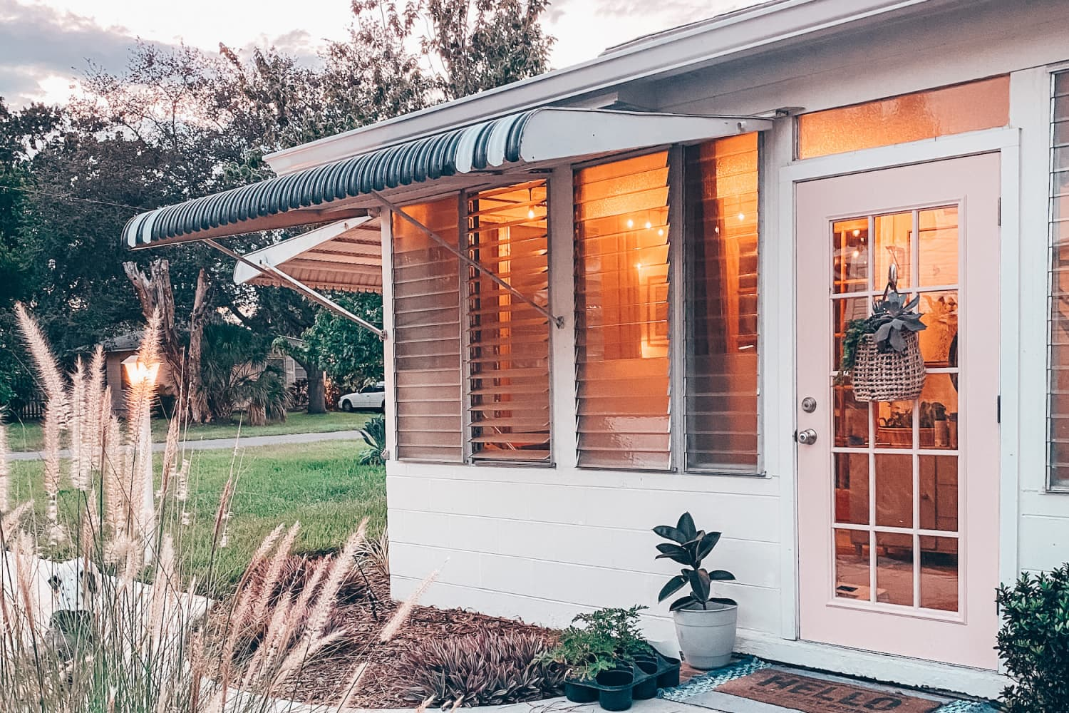 A 696-Square-Foot Beach Bungalow Maximizes Small Space Brilliantly