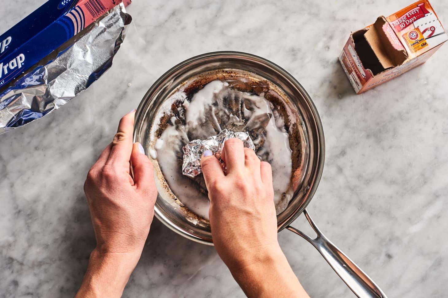 Using baking soda and aluminium foil to clean burnt pot
