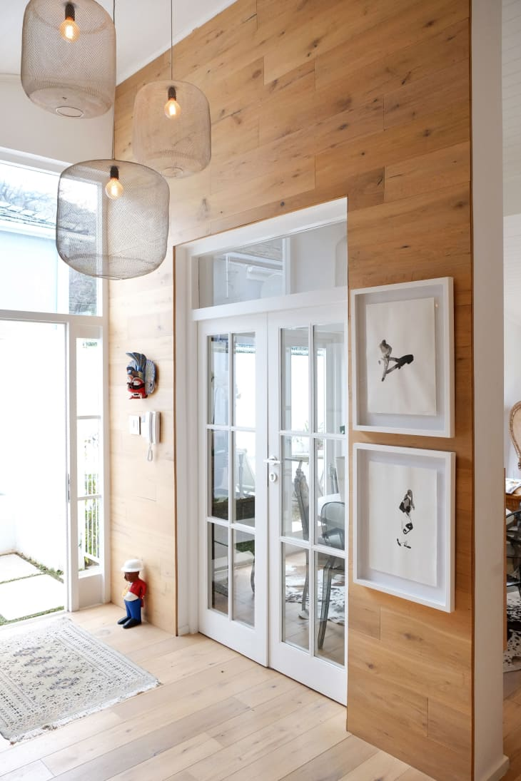 dinding aksen kayu renovasi rumah minimalis 2021