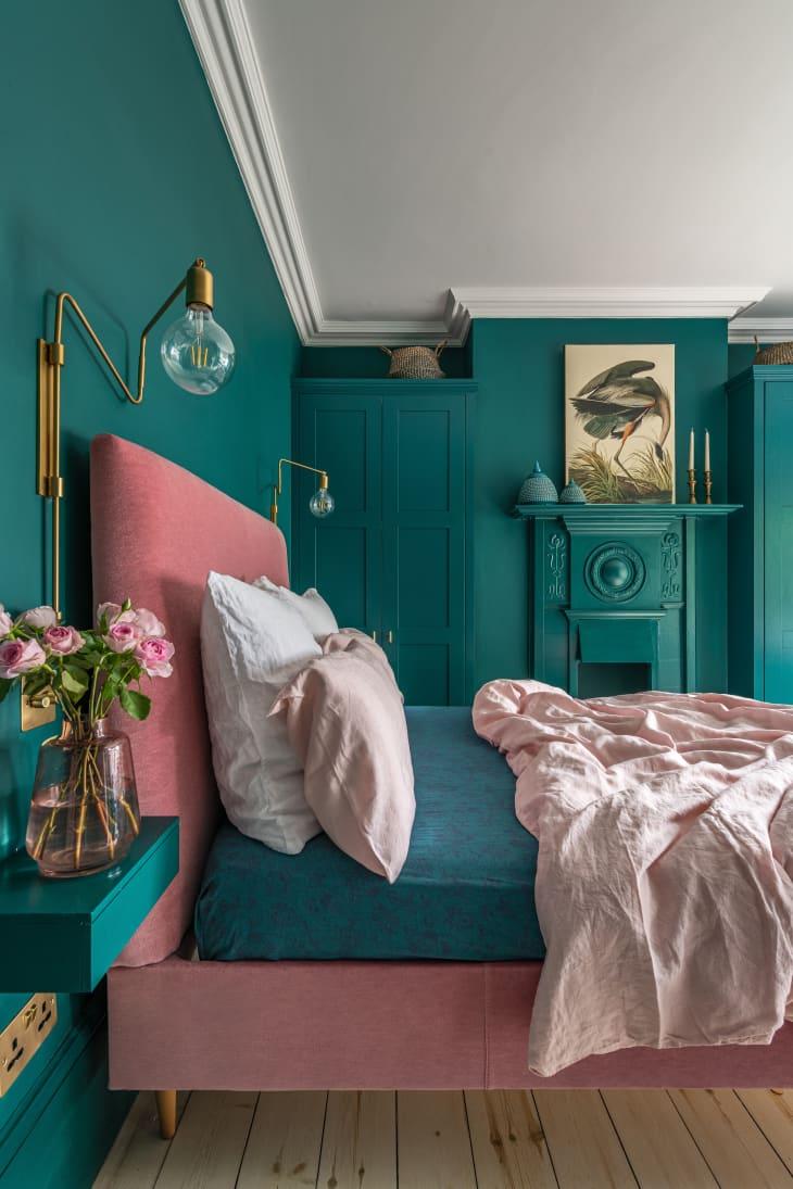 Dormitorio colorido en una casa en Londres.