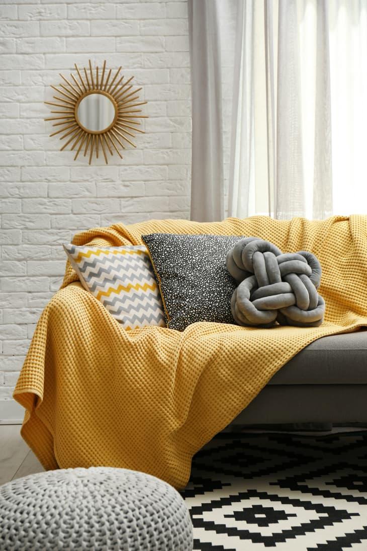 Decorar en gris y amarillo