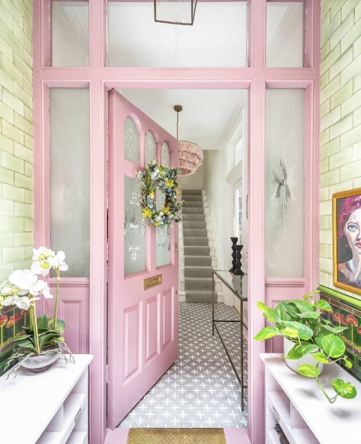 Entrada rosa a una casa en Londres