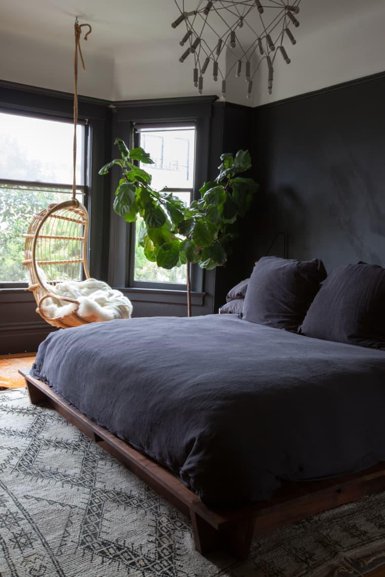 slaapkamer met zwarte muur