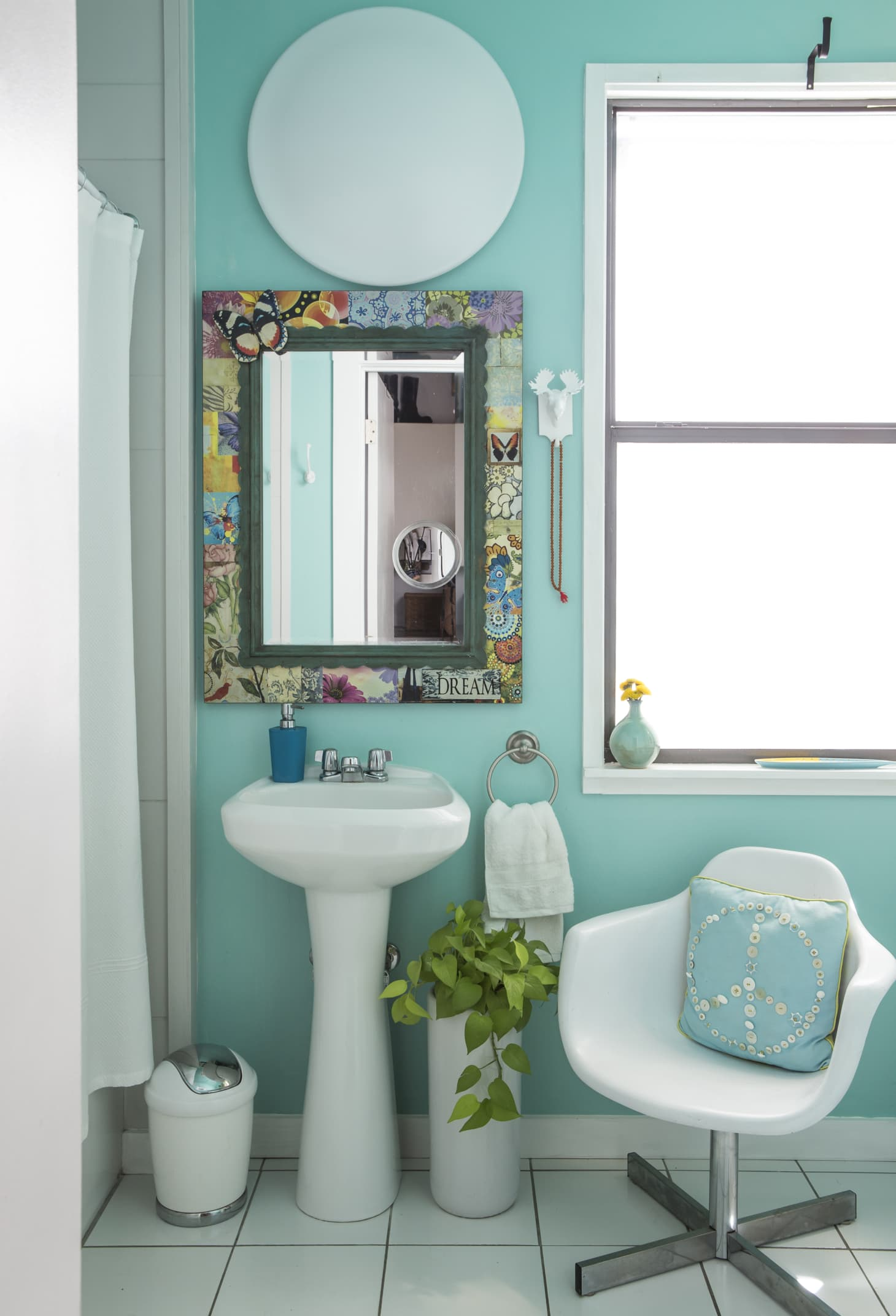 What Color Is Best For Small Bathroom