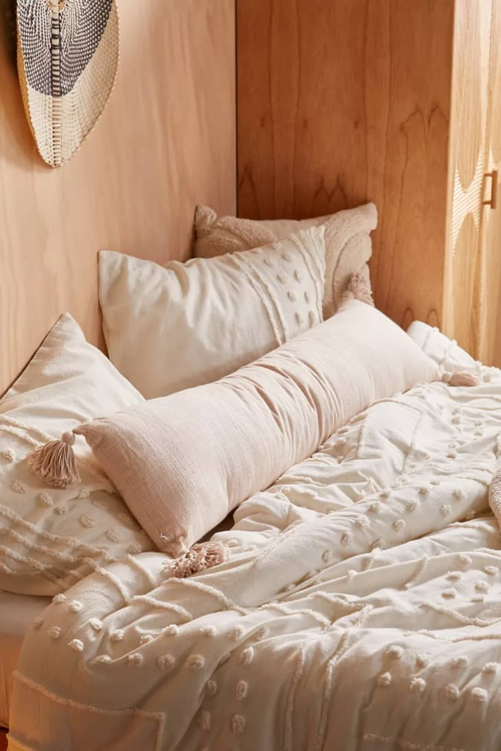 产品形象:舒适的竹节流苏身体枕头