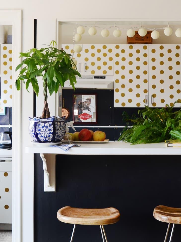圆点花纹的橱柜,纸灯笼,还有厨房里的摇钱树