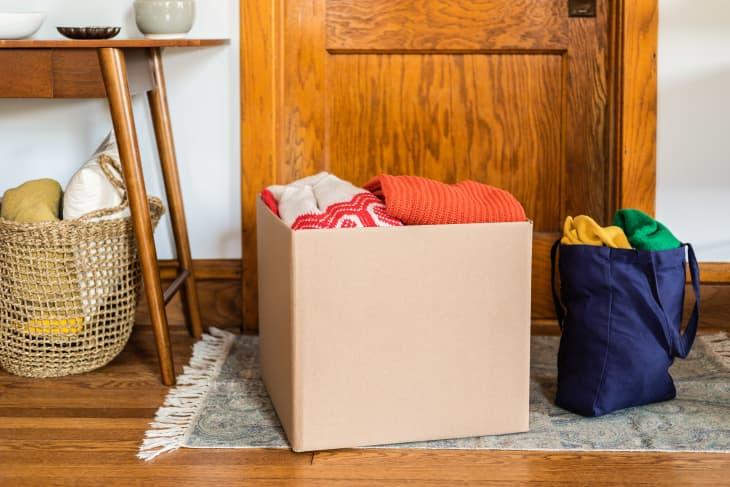 纸箱里装满了家里的衣服