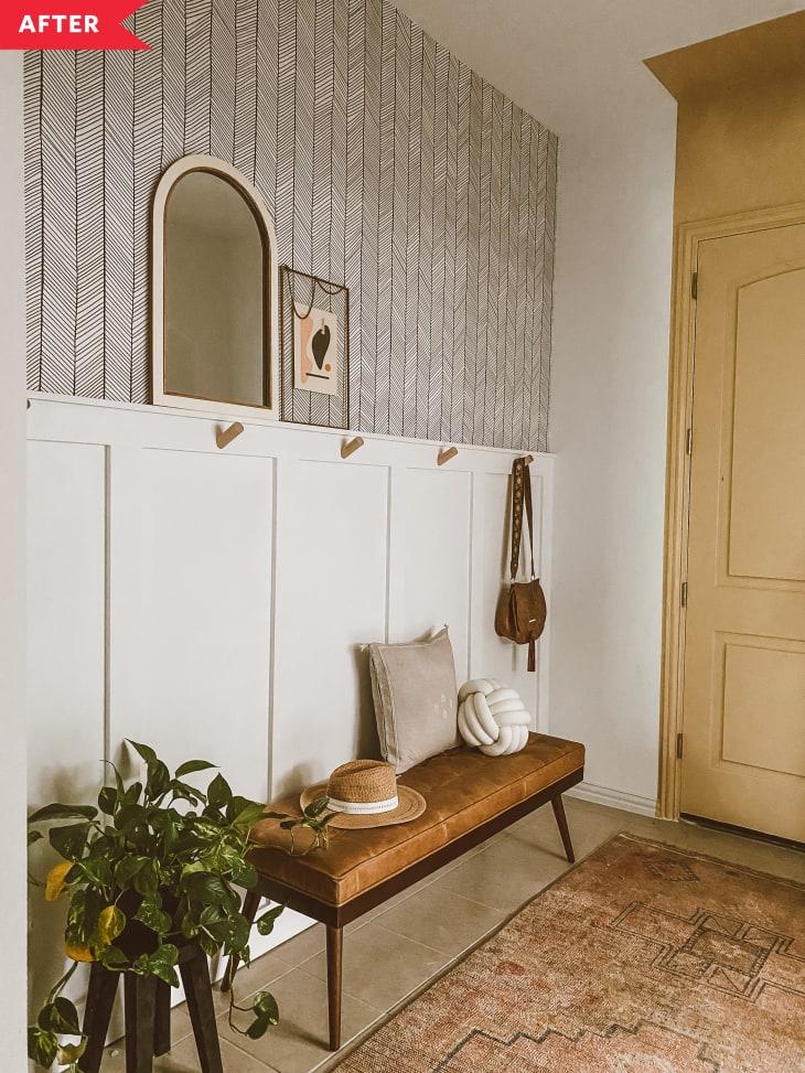 后:有木板和板条的入口,墙纸,和重新油漆的门