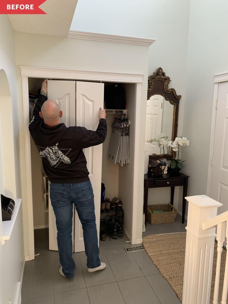 以前:一名男子从大厅的壁橱上拆门