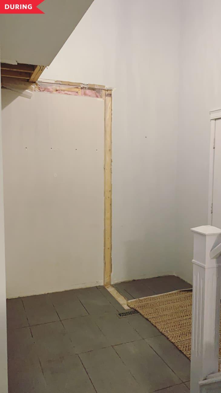 期间:壁橱移除,露出开放的入口通道