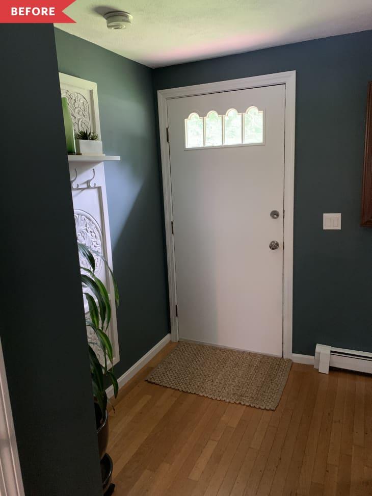之前:由绿色墙壁包围的白色前门内部