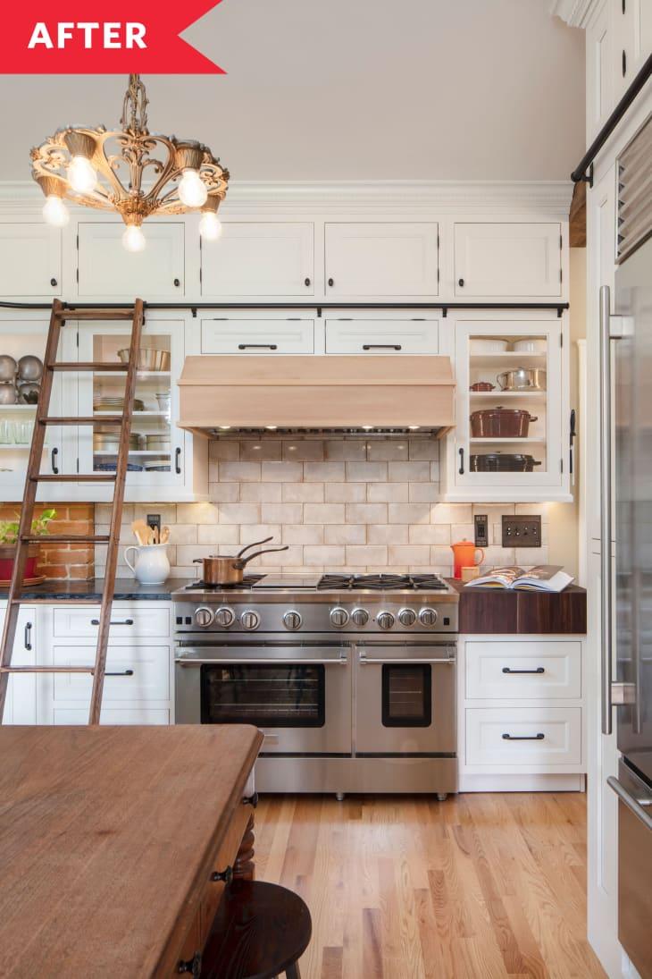 砖后挡板,浅色木地板,白色橱柜