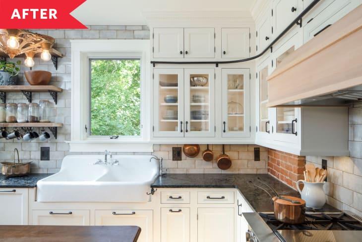 砖后挡板,白色橱柜,玻璃门