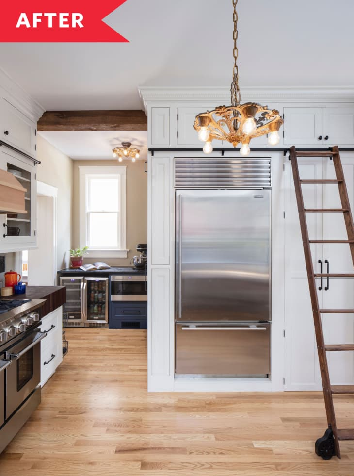 浅色的木地板,白色的橱柜,吊灯