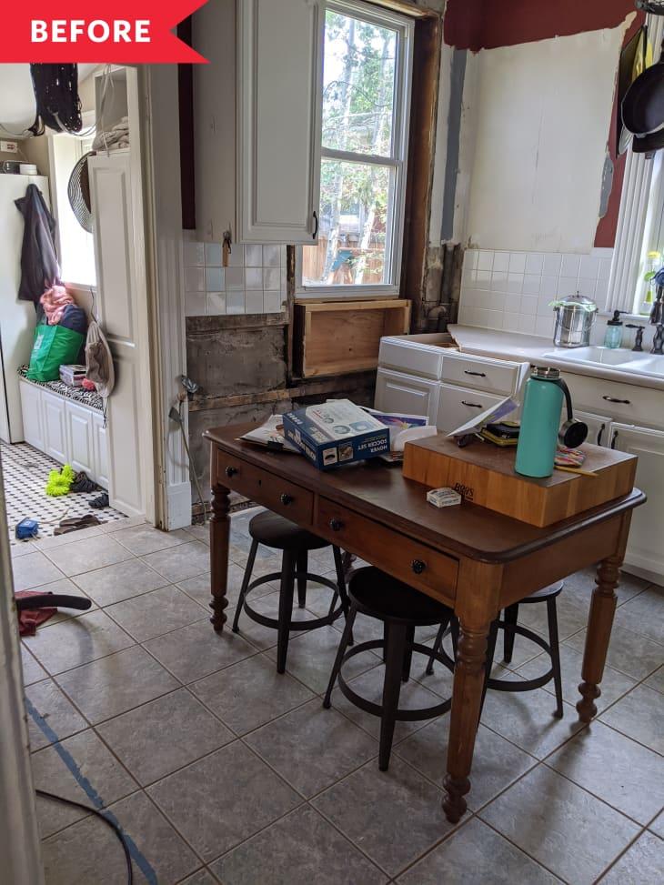 装修前凌乱的厨房,白色后挡板,灰色瓷砖