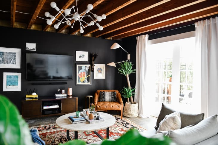 20 Gorgeous Black Living Rooms How To Use Black Walls Decor In Living Rooms Apartment Therapy