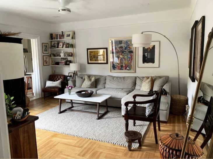 整体客厅采用艺术的有机现代设计风格,组合式沙发、区域地毯和壁挂架
