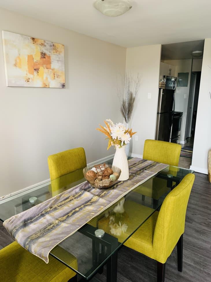 餐厅里有黄色的餐椅和玻璃桌子