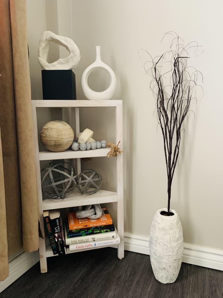 白色的书架上有雕刻的物品和书籍