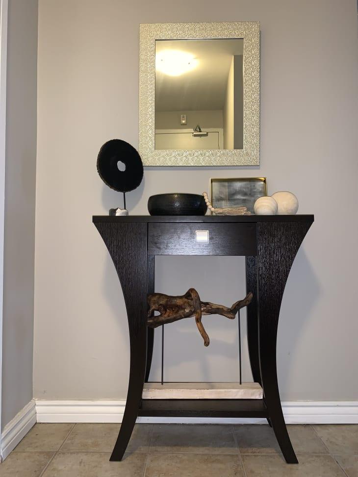 上面有一面镜子的摊开的控制台桌子