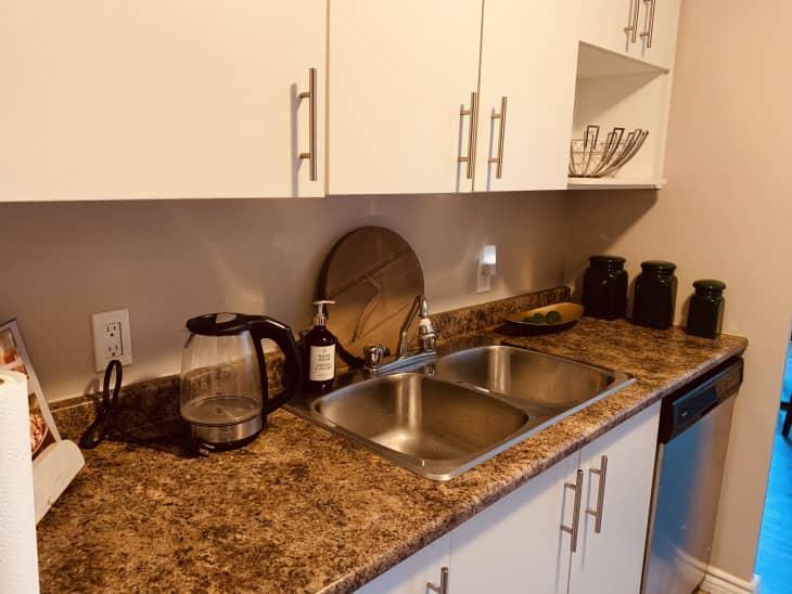 厨房上下都有白色的橱柜
