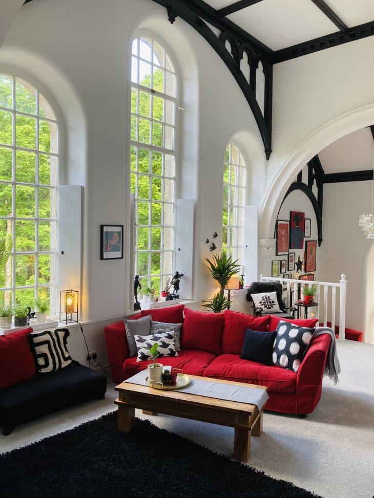 客厅,红色沙发,高高的天花板和拱形窗户