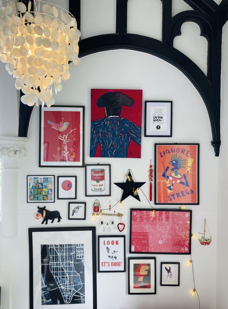 在拱形装饰造型下面的红色,粉红色,白色和蓝色艺术品画廊墙壁