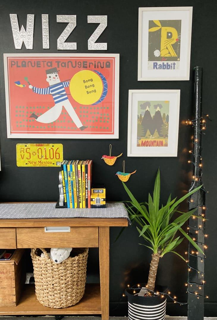 在孩子的房间里的画廊墙壁和小型控制台桌