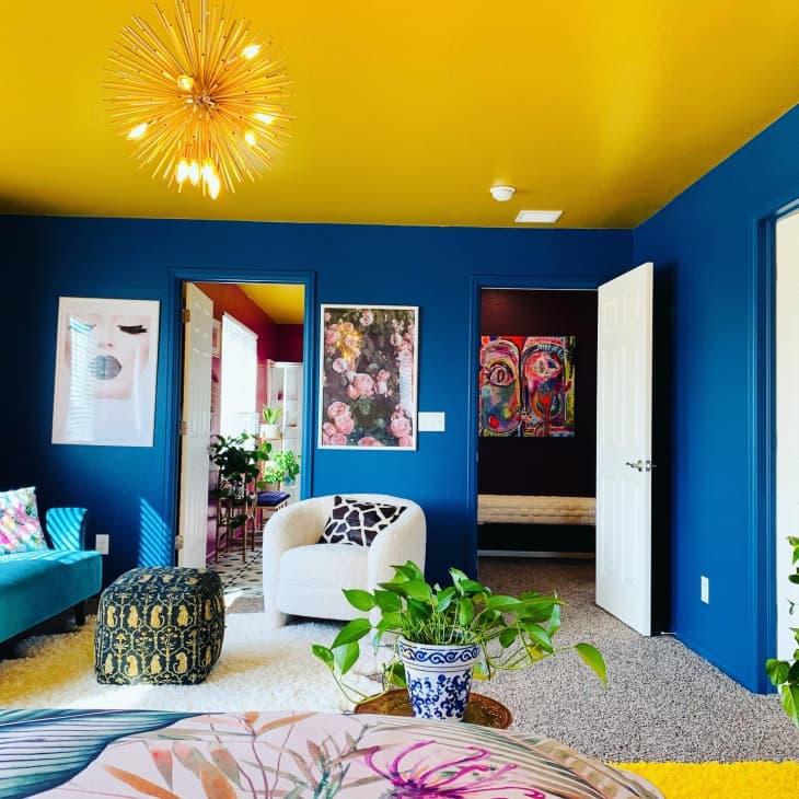 房间有蓝色墙壁和黄色天花板