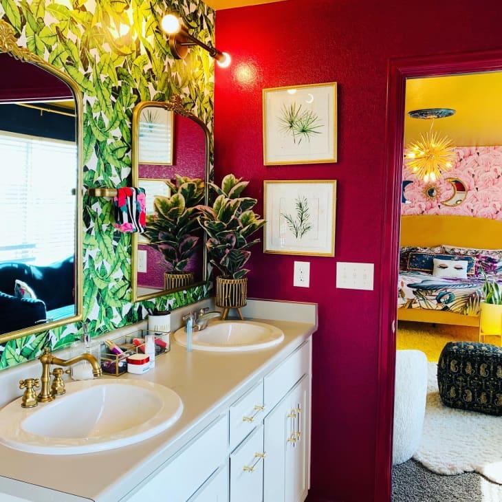 浴室配有绿色棕榈叶壁纸后面镜子