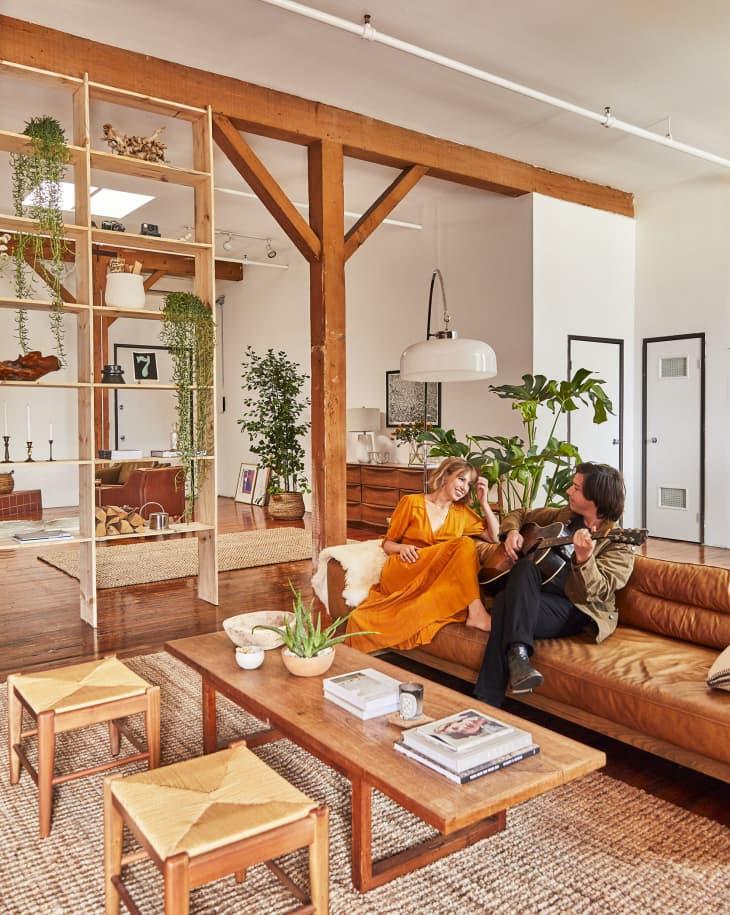 夫妇坐皮革沙发在客厅
