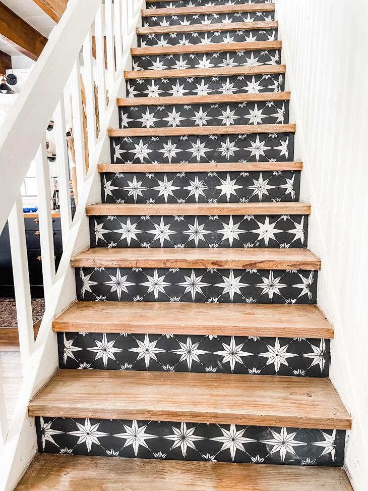 楼梯的立管上有星形模板图案