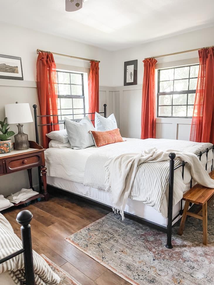 卧室配有红色镶板窗帘