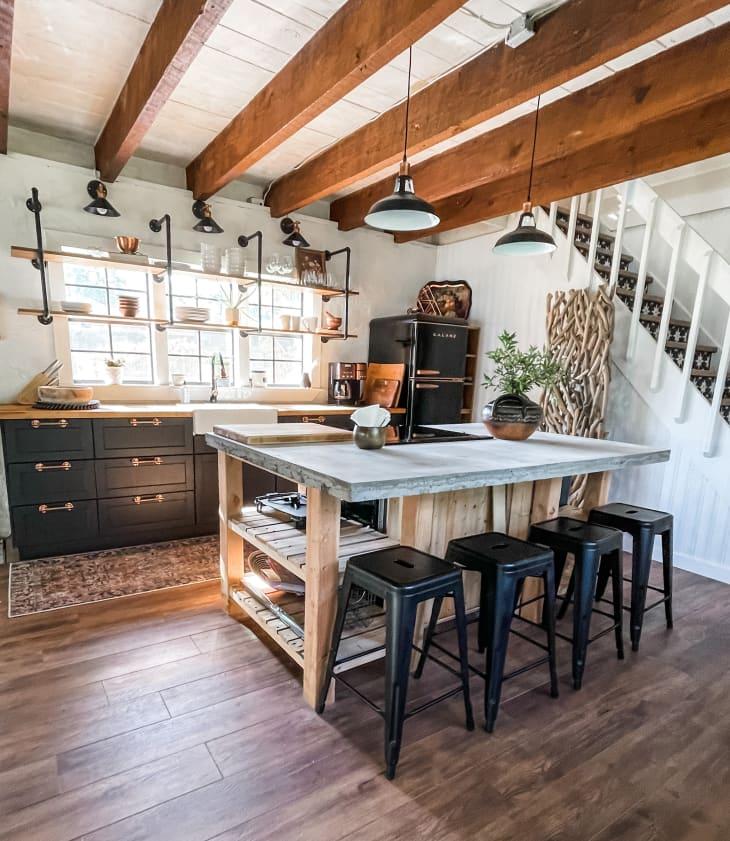 厨房有很大的岛台和横跨天花板的木梁