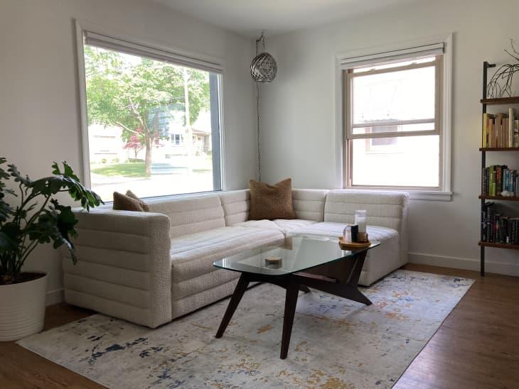 客厅,沙发具有水平通道的簇绒角落