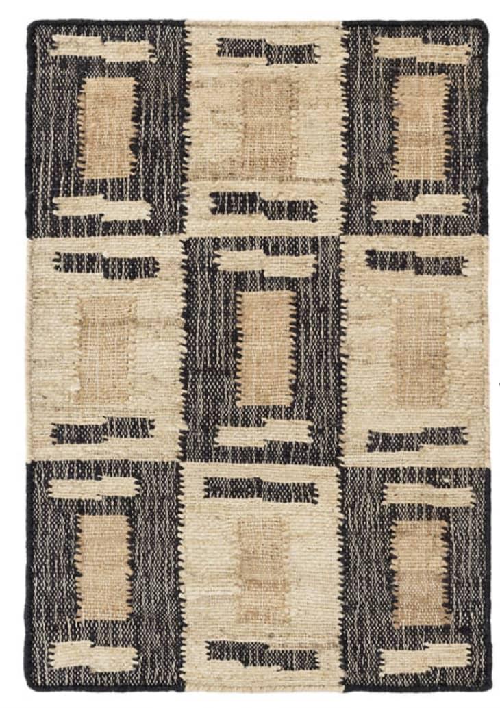 Dash and Albert地毯由Bunny Williams设计,采用中性颜色,如黑色和棕色