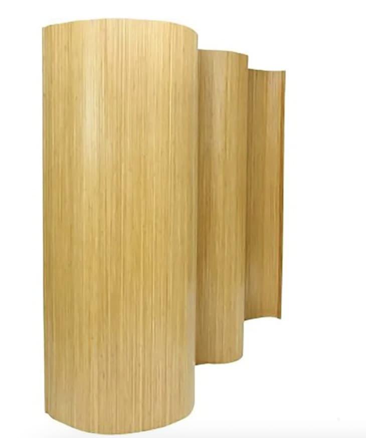 从家得宝的蜂蜜色木材波浪分隔板