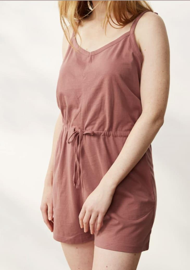 产品形象:女性夏至有机短连衫裤