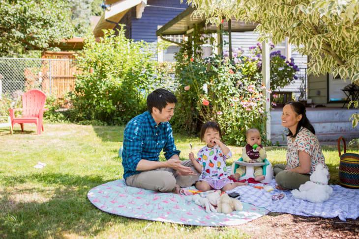 米歇尔和家庭坐在他们的后院的野餐毯子