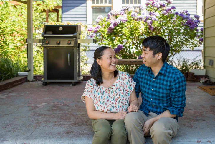 米歇尔和乔治坐在他们的庭院的台阶上