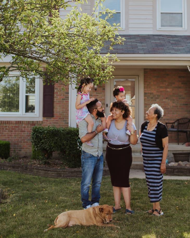 Yolanda欧文斯和她的家人,站在家外面