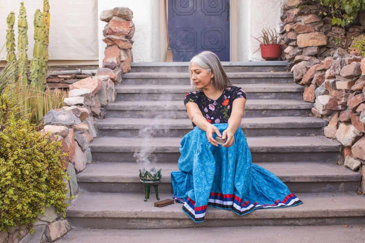 费利西亚和燃烧的copal和palo santo在她的台阶上